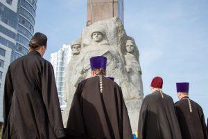 Духовенство возложили цветы по случаю 74-й годовщины освобождения Украины от фашистских захватчиков