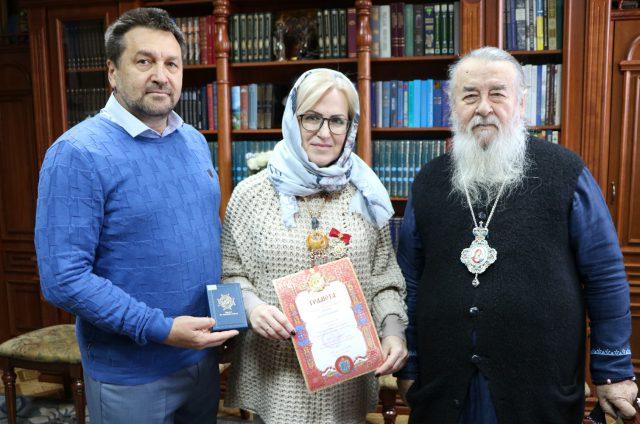 Митрополит Ириней наградил заведующую кафедрой английского языка университета им. Альфреда Нобеля