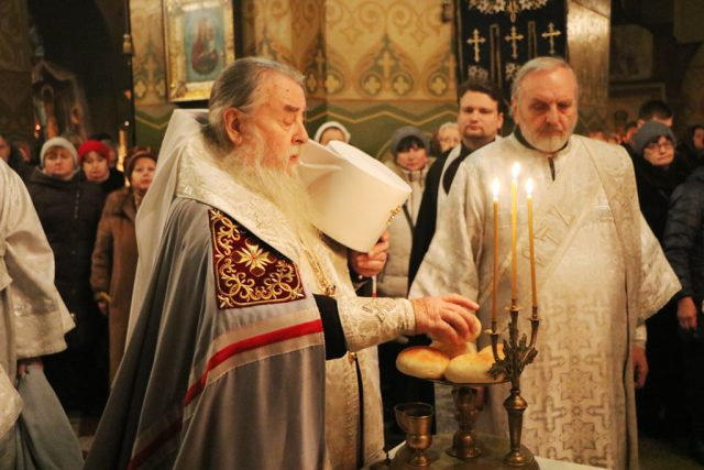 В канун Рождества Христова митрополит Ириней совершил вечернее богослужение в Свято-Троицком кафедральном соборе г. Днепра