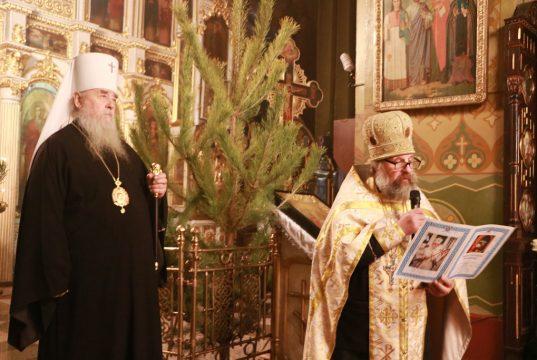 Вечером в день праздника Рождества Христова днепропетровские архипастыри молились в главном соборе епархии