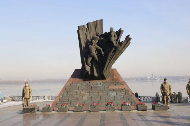 Духовенство Днепропетровской епархии возложили цветы к монументу «Взрыв памяти»