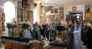 Митрополит Ириней совершил чтение третьей Пассии в Свято-Тихвинском женском монастыре г. Днепра