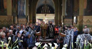 Митрополит Ириней совершил вечерню Великого Пятка с выносом Плащаницы Спасителя