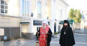 Митрополит Ириней совершил панихиду Пасхальным чином на могилах днепропетровских архиереев