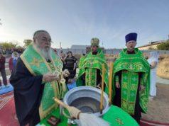 В Новотроицком митрополит Ириней совершил чин основания Свято-Троицкого храма